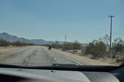 Cicloturist prin deșert